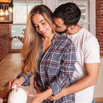 Heureux jeune couple prenant son petit déjeuner