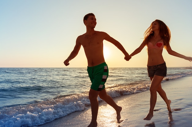 Heureux jeune couple profitant de la mer