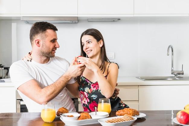 Heureux jeune couple de profiter du petit déjeuner ensemble