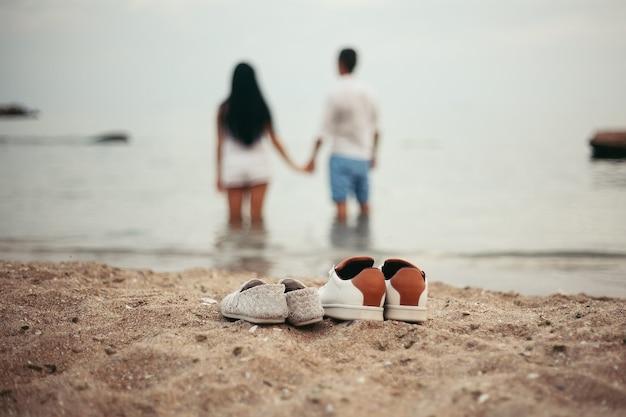 Heureux jeune couple romantique amoureux sur la belle plage