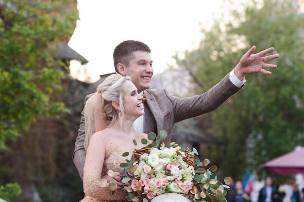 Heureux jeune couple romantique célébrant leur mariage