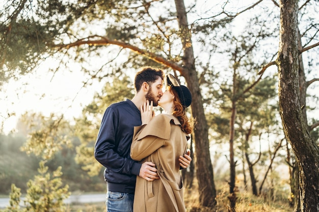 Heureux jeune couple romantique passe du temps ensemble en plein air.