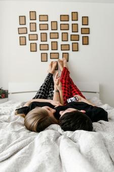 Heureux jeune couple s'amuser sur le lit.