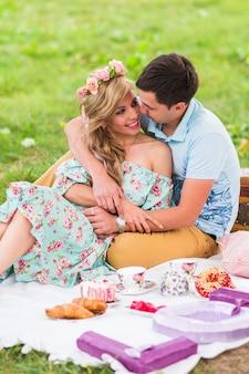 Heureux jeune couple s'embrassant et étreignant sur la nature.