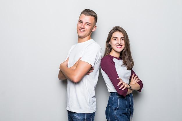Heureux jeune couple souriant garçon et fille isolé sur blanc
