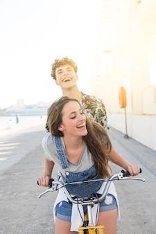 Heureux jeune couple va faire un tour en vélo