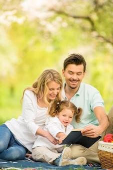 Heureux jeune famille ayant pique-nique en plein air.