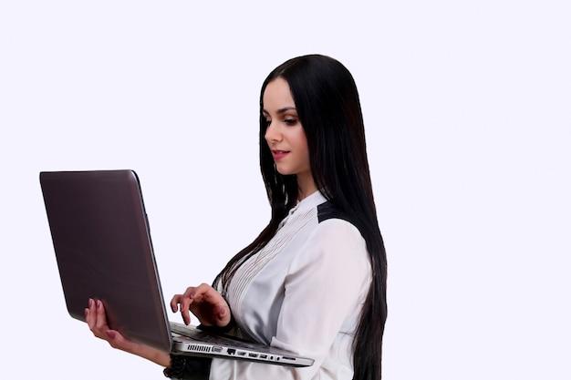 Heureux, jeune, femme affaires, debout, ordinateur portable