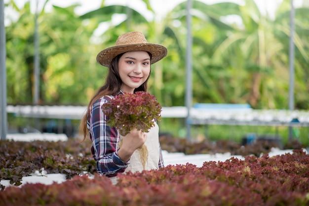 Heureux de jeune femme asiatique à la ferme maraîchère