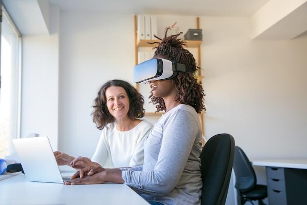 Heureux jeune femme dans le casque de réalité virtuelle