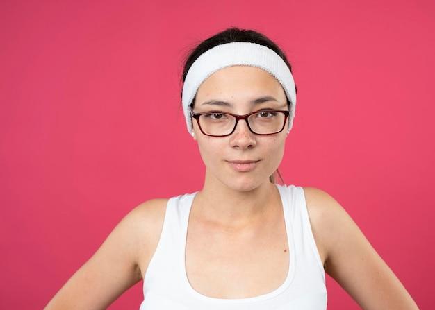 Heureux jeune fille sportive dans des lunettes optiques portant un bandeau