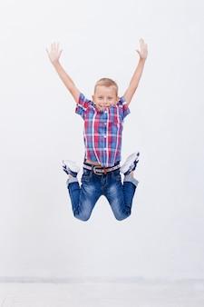 Heureux jeune garçon sautant