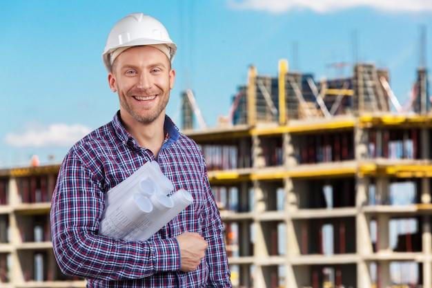 Heureux jeune homme d'affaires architecte souriant