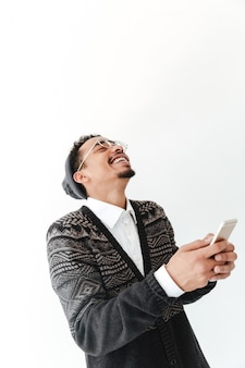 Heureux jeune homme africain discutant par téléphone.