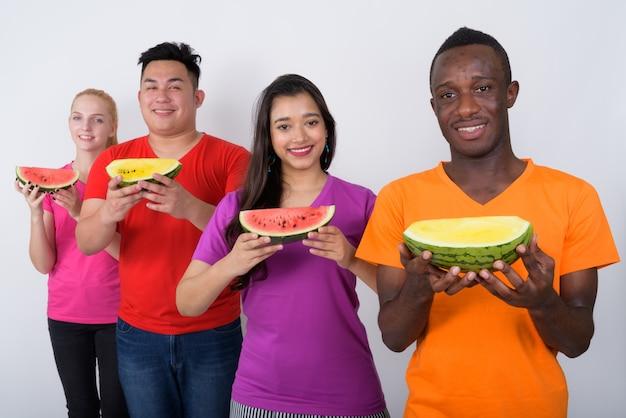 Heureux jeune homme africain avec un groupe diversifié d'amis multiethniques