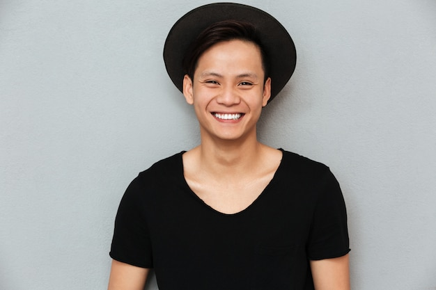 Heureux jeune homme asiatique debout.