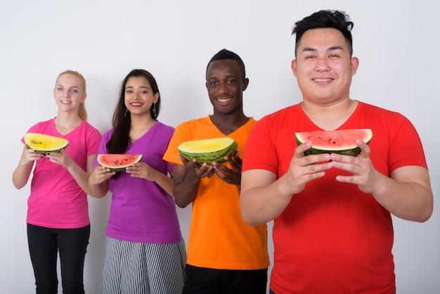 Heureux jeune homme asiatique avec un groupe diversifié d'amis multiethniques
