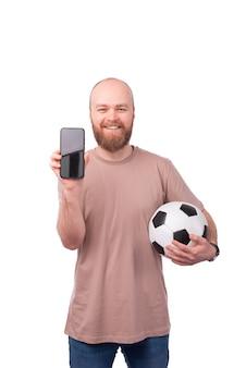 Heureux jeune homme avec barbe jouant à des jeux en ligne sur tablette