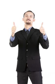 Heureux jeune homme barbu en tenue de cérémonie gardant les bras levés et exprimant sa positivité.