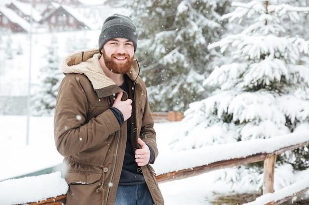 Heureux jeune homme barbu