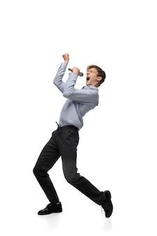 Heureux jeune homme dansant dans des vêtements décontractés ou un costume, refaisant des mouvements légendaires de célébrités de l'histoire de la culture