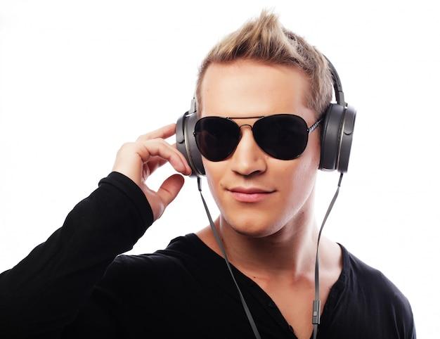 Heureux jeune homme écoutant de la musique avec des écouteurs