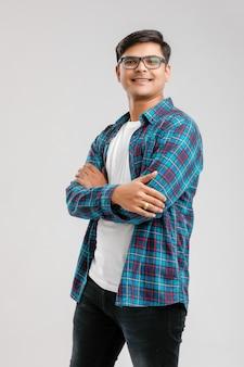 Heureux jeune homme indien