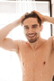 Heureux jeune homme nu