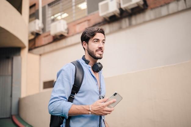 Heureux jeune homme avec un smartphone