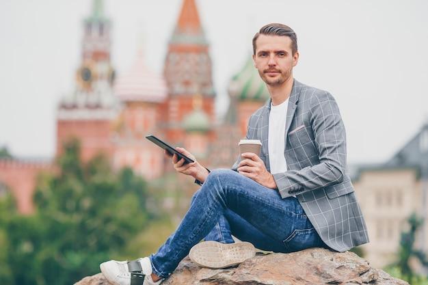 Heureux jeune homme urbain dans la ville européenne