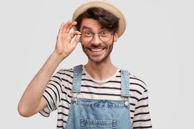 Heureux jeune jardinier mâle avec sourire positif