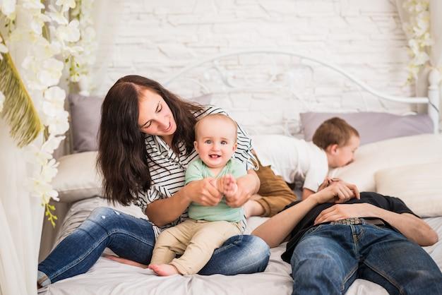 Heureux jeune papa maman famille et deux fils