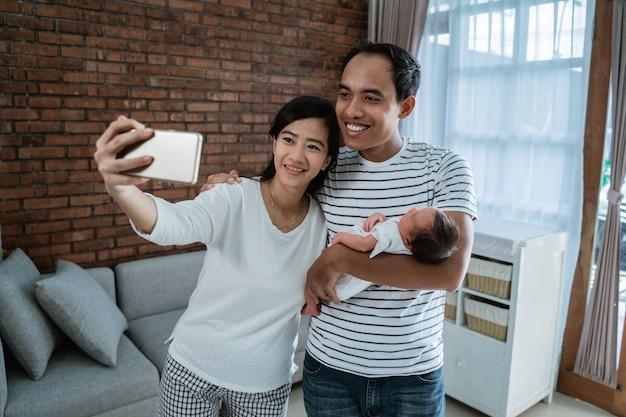 Heureux jeune parent selfie avec petite fille