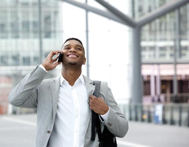 Heureux jeune parle sur téléphone portable