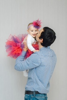Heureux jeune père embrassant sa charmante petite fille