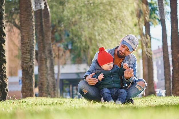 Heureux jeune père marchant avec son petit fils