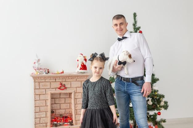 Heureux jeune père et sa fille à la maison avec arbre de noël