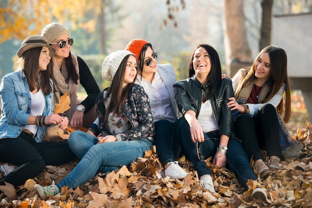 Heureux jeunes amis à la nature