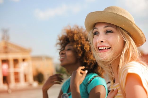 Heureux jeunes amis en vacances