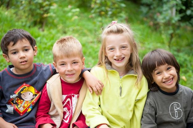 Heureux jeunes enfants profitant d'un voyage