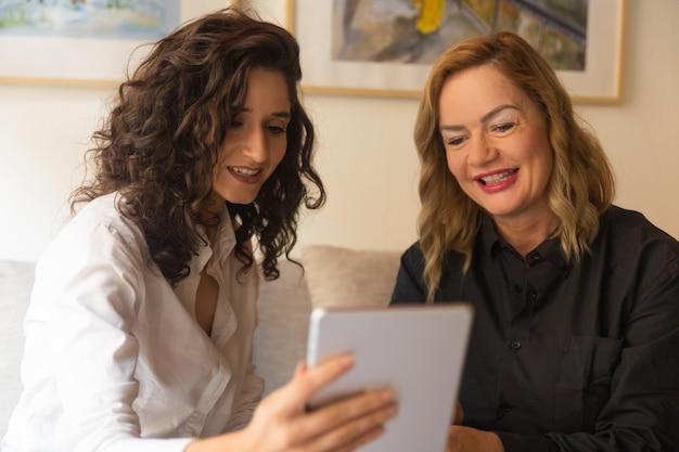Heureux jeunes femmes d'âge moyen et regarder la vidéo