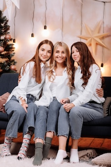 Heureux les jeunes femmes portant des chemises blanches et des jeans célébration de la journée