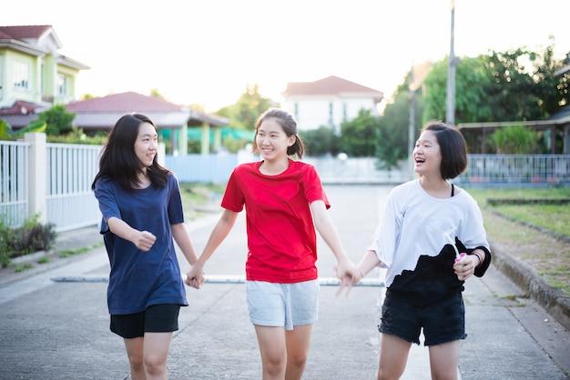 Heureux jeunes femmes s'amusant à l'extérieur