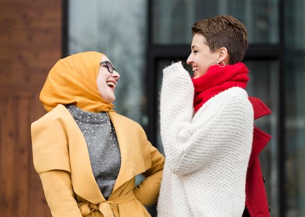 Heureux jeunes filles riant ensemble