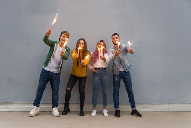 Heureux jeunes réunis à l'extérieur. groupe d'adolescents joyeux s'amusant