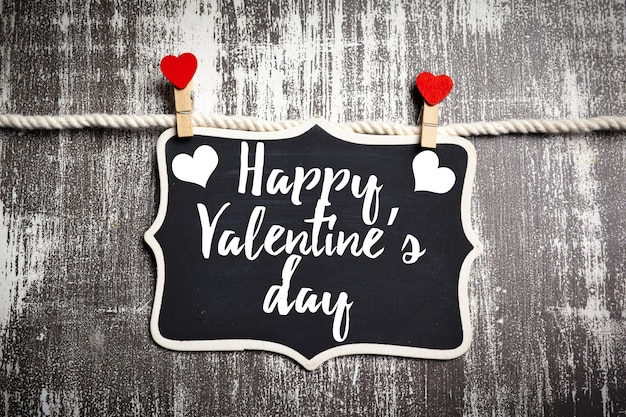 Heureux lettrage de la saint-valentin dans un tableau noir