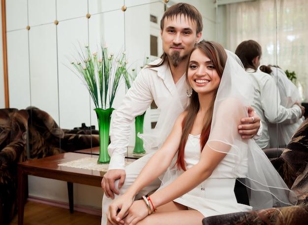 Heureux mariés assis dans un fauteuil