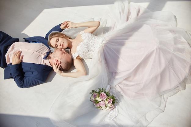 Heureux mariés embrassant et embrassant