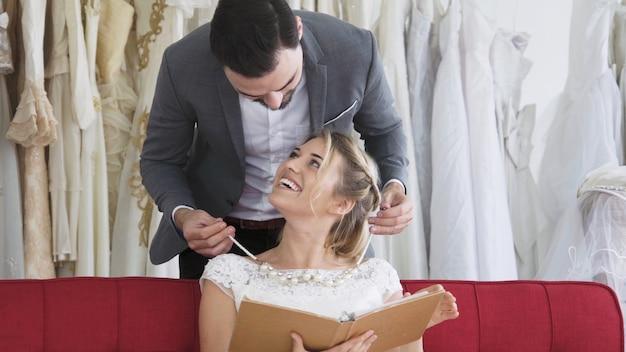 Heureux mariés en robe de mariée se préparent à se marier lors de la cérémonie de mariage. amour romantique du couple homme et femme.