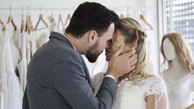 Heureux mariés en robe de mariée se préparent à se marier lors de la cérémonie de mariage
